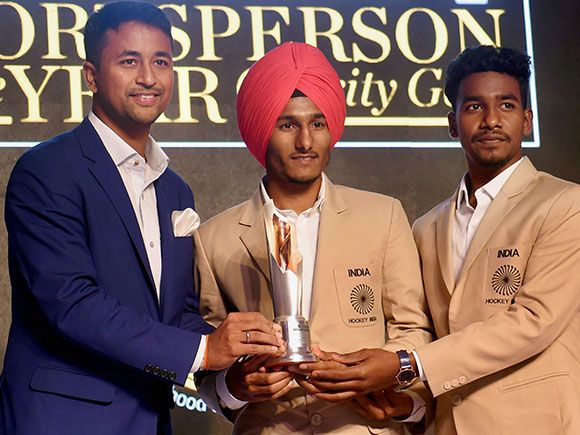 Indian Jr Hockey Team Captain Harjeet Singh Being Felicitated By Indian Cricketer Pragyan Ojha Sport Player Coach Of The Year Rio Olympics