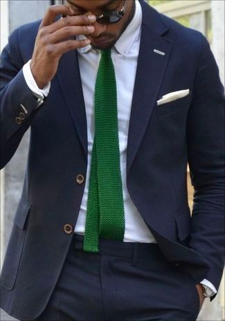 2c37534d Look de moda: Traje Azul Marino, Camisa de Vestir Blanca, Corbata de Punto  Verde, Pañuelo de Bolsillo de Algodón Blanco