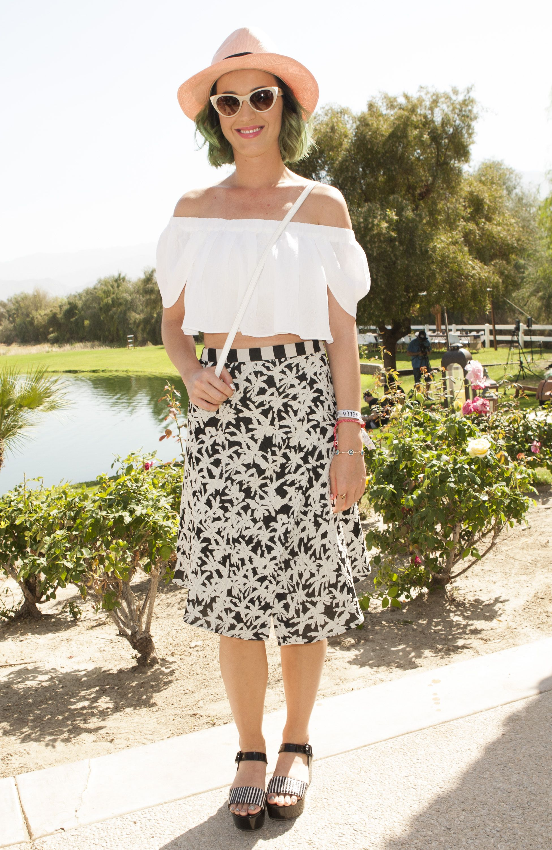 Ma quant'è carina Katy in versione romantica in perfetto stile countryshire.  -cosmopolitan.it