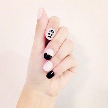 白黒カラー、とっても素敵!人差し指だけヒゲネイルでアクセントに。指先に視線が集まりそう♡
