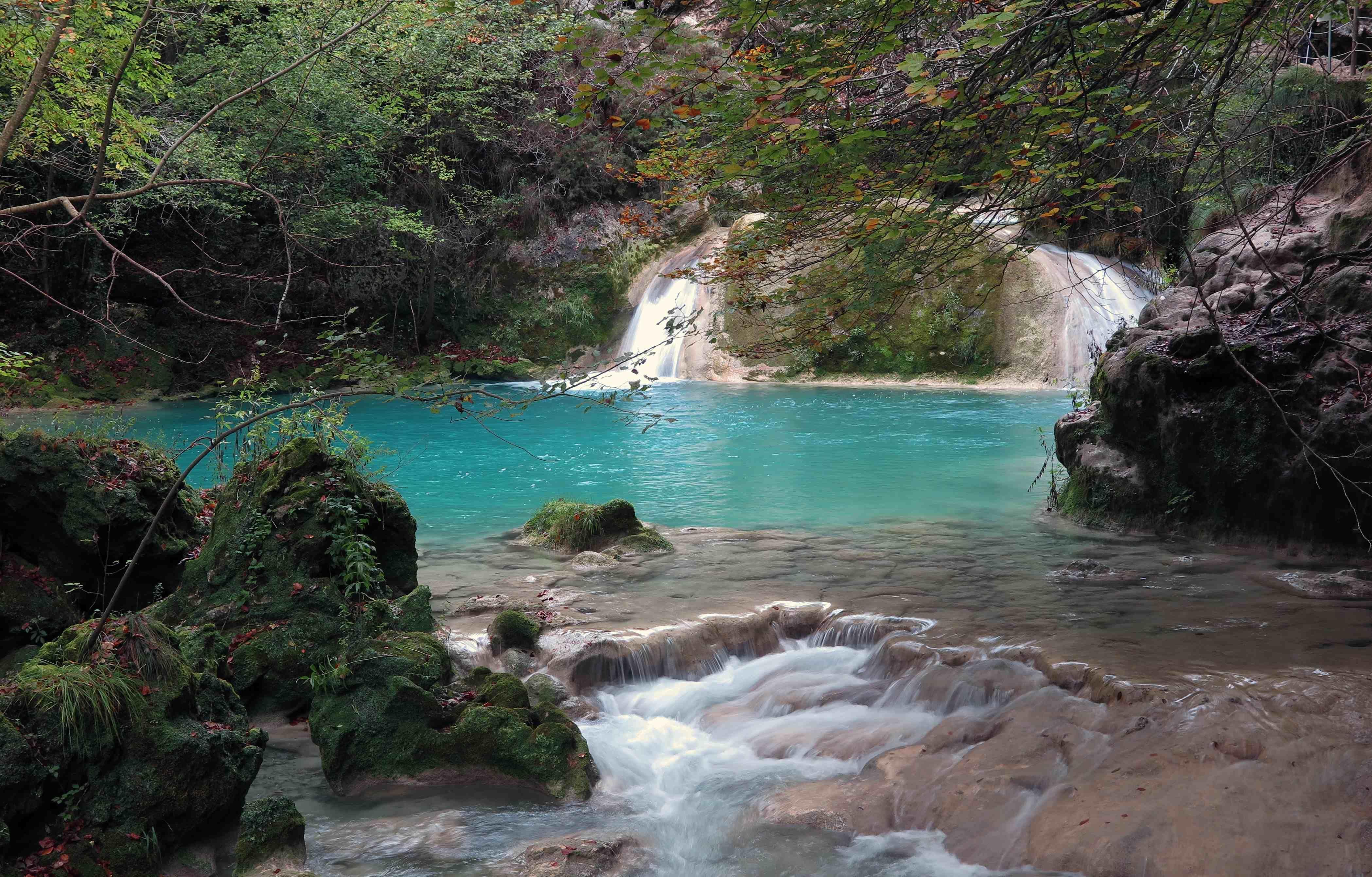 Urederra paseo hasta el nacimiento del rio urederra en for Piscinas naturales urederra