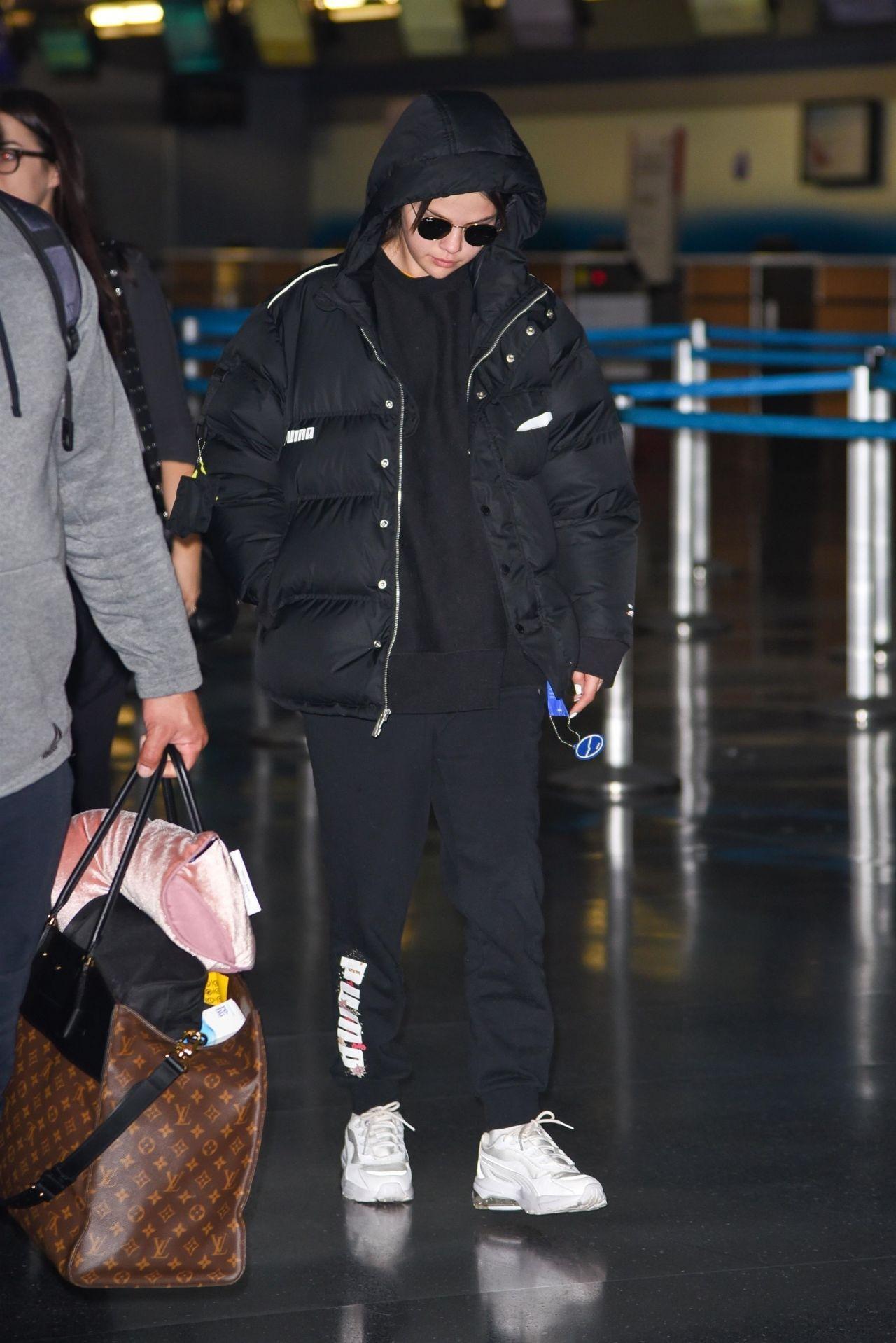 Predownload: Selena Gomez At Jfk Airport In New York 01 12 2020 Selena Gomez Outfits Selena Gomez Photos Selena Gomez Street Style [ 1918 x 1280 Pixel ]