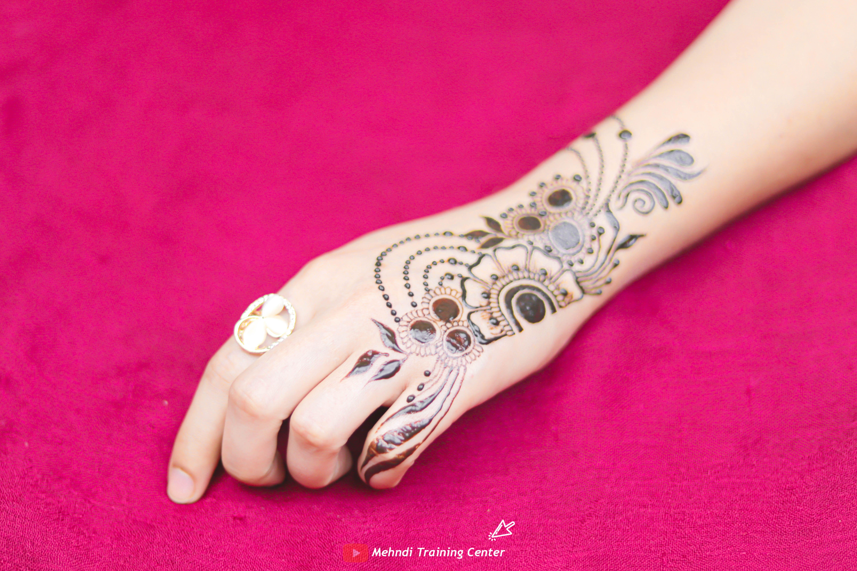 نقش الحناء تعليم نقش الحناء خطوه بخطوة للمبتدئين طريقه جديده وسهله في الحناء نقش الحناء 2020 Henna Hand Tattoo Mehndi Designs Hand Henna