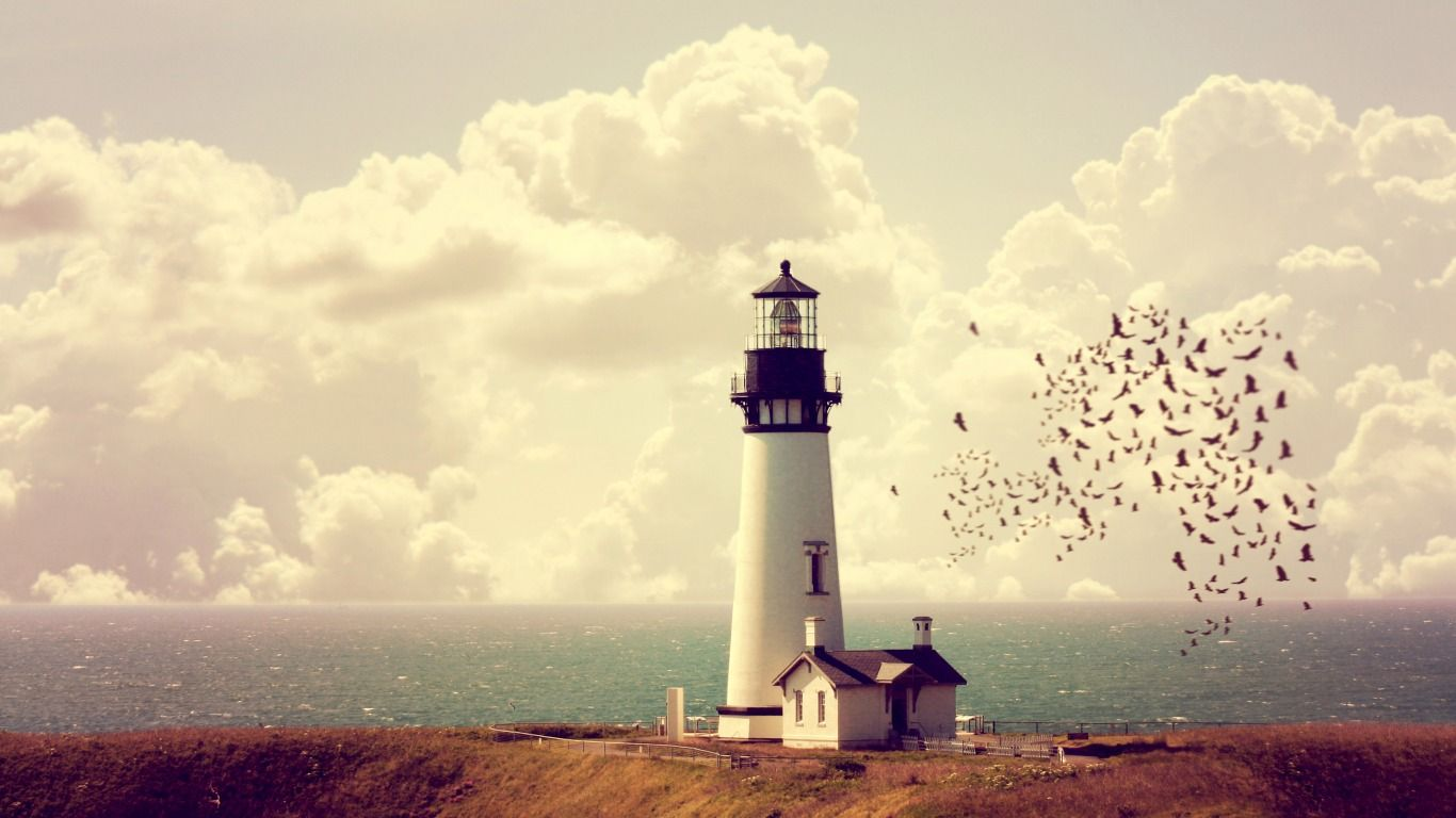 Скачать обои море, побережье, маяк, домик, стая птиц, раздел пейзажи в разрешении 1366x768