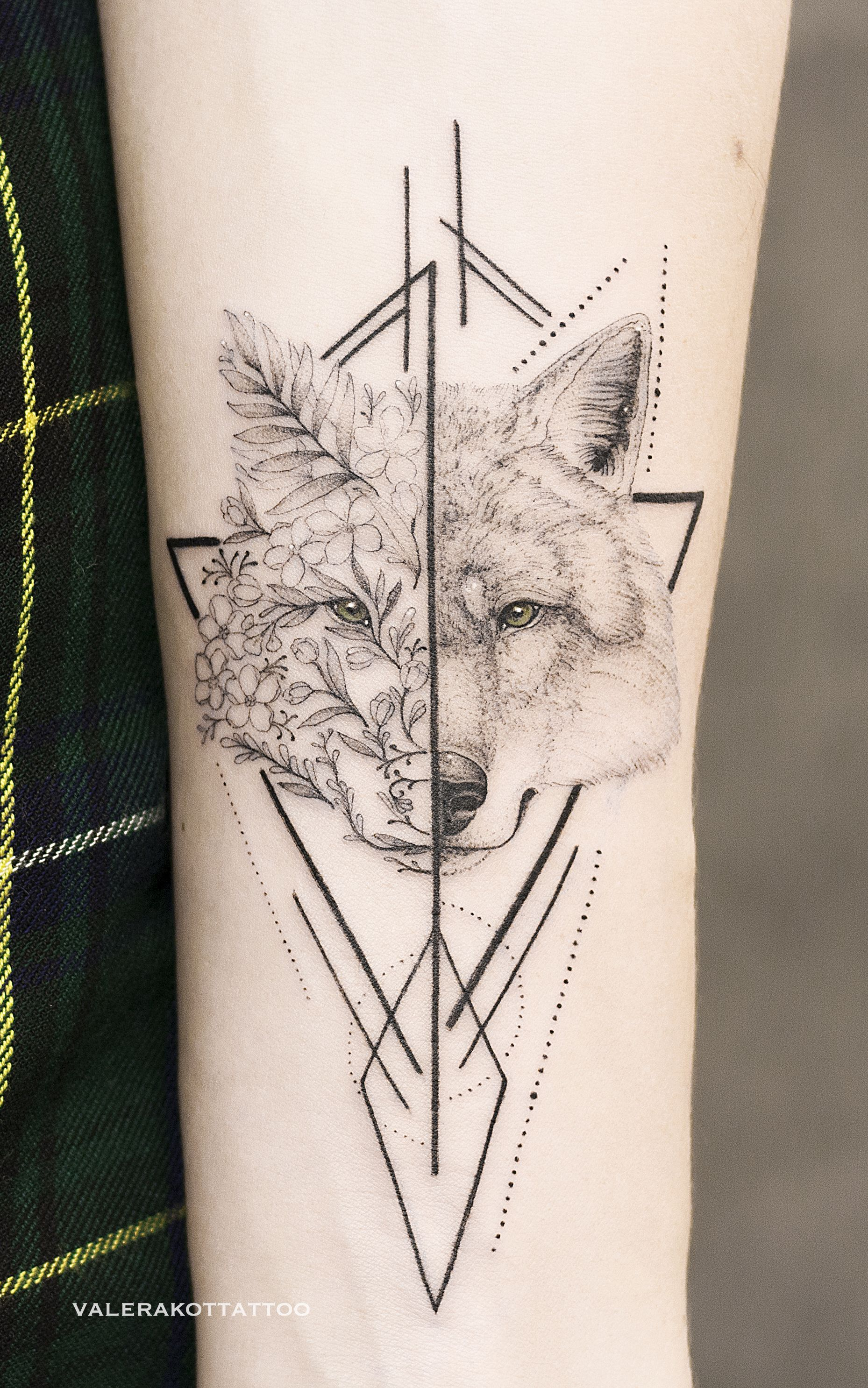 Black And White Tattoo With Flowers Wolf And Geometry On Arm Amazing Tattoo Ideas Geometric Tattoo Tattoos Tattoo Desings