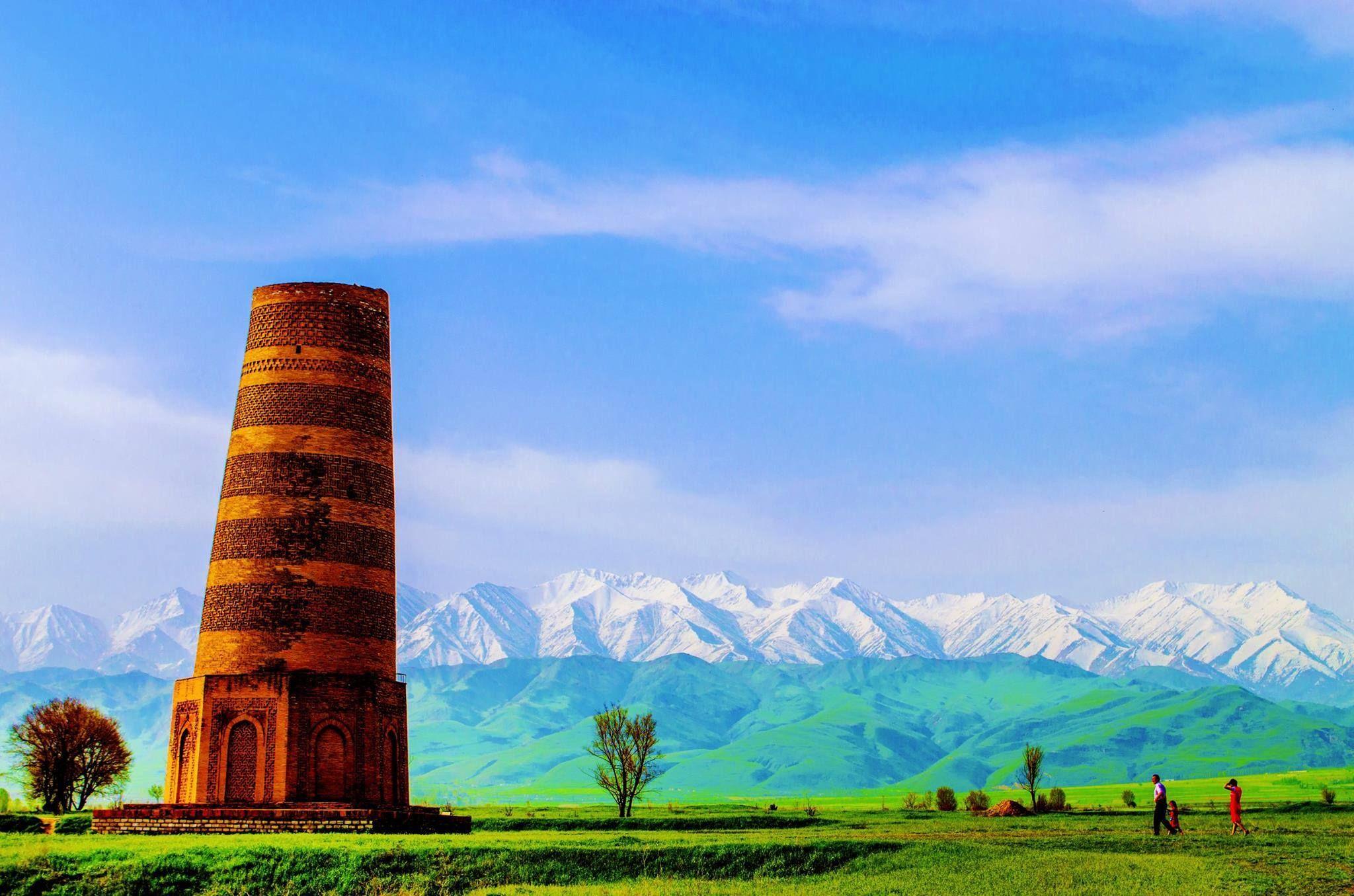 Tokmok şehri yakınlarındaki Burana minaresi olarak bilinen gözetleme  kulesi... Kırgızistan Fotoğraf: Китапчи Али