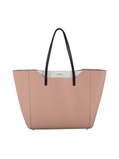 Fantasia on elegantti ja käytännöllinen, tote-mallinen nahkalaukku. Avoin laukku suljetaan painonapilla. Tilavan laukun yläosassa on avoin tasku. Laukussa on si...