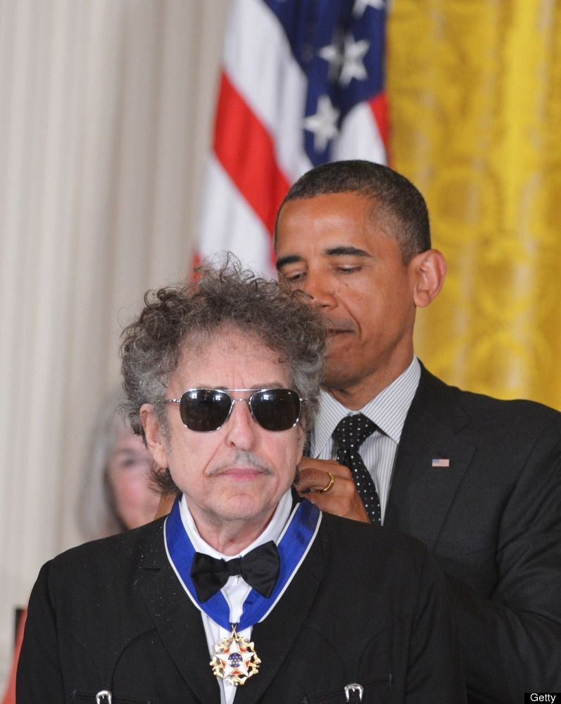 Photo Obama Presents Bob Dylan With Medal Of Freedom Bob Dylan Dylan Famous Faces