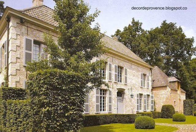 Casa familiar de gran tamaño en dos plantas, hecha de ladrillos y piedra