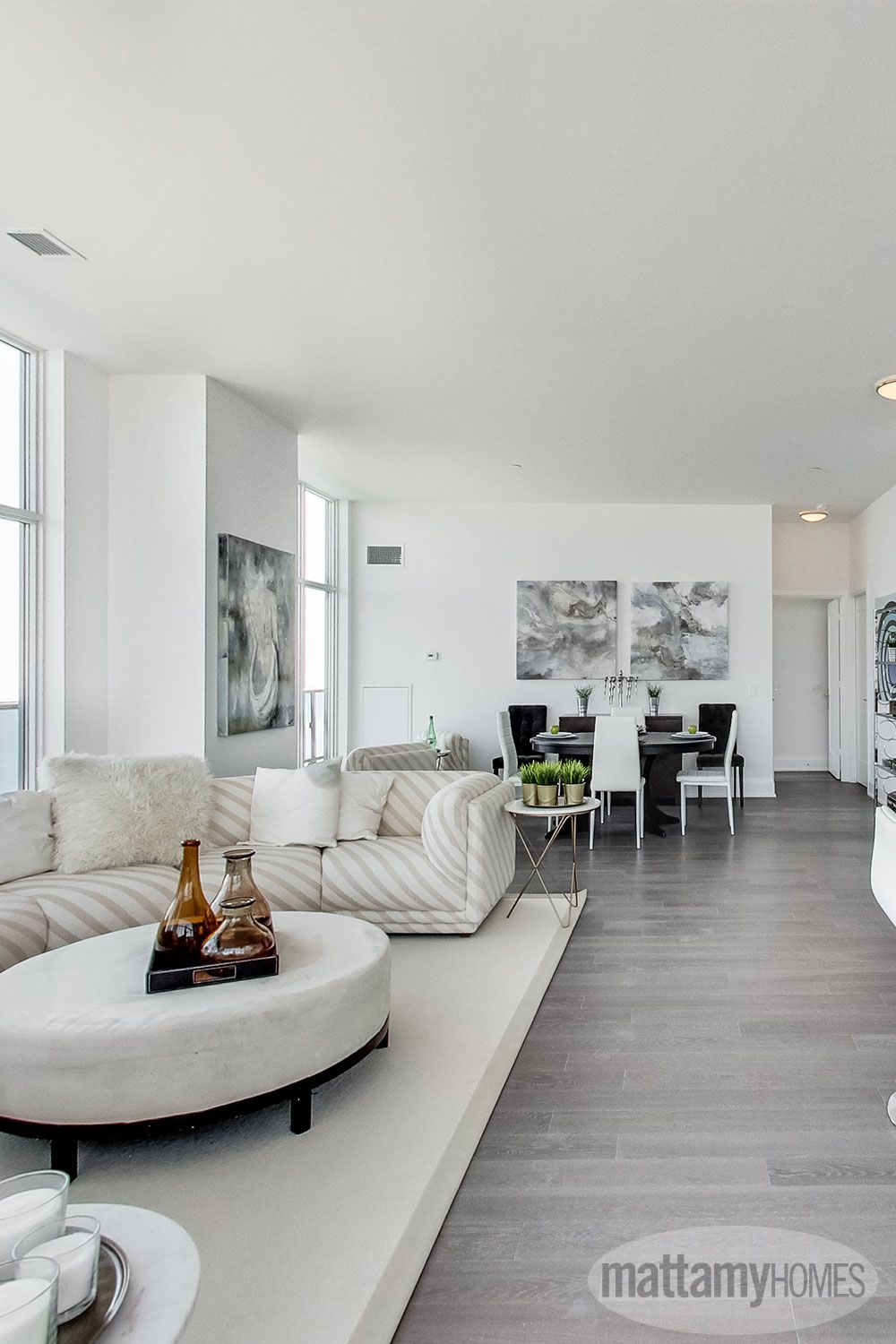 Aménager Un Salon Tout En Longueur open concept living rooms, combined with floor to ceiling
