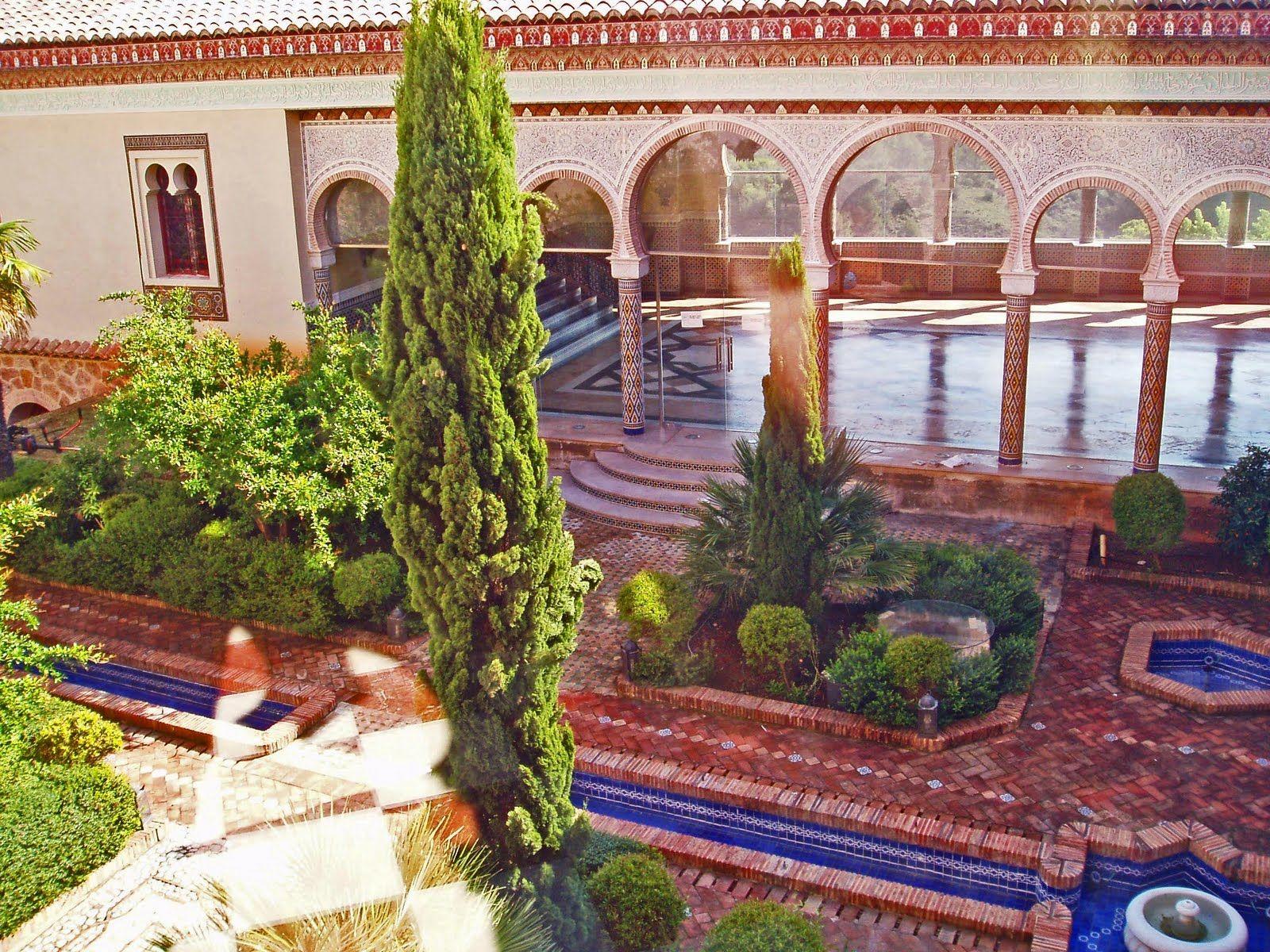 Vista del patio con el pabellón árabe