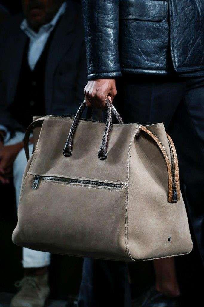 b0eb38f287a Borse uomo Autunno-Inverno 2016-2017 da Milano Moda - Maxi bag sabbia  Bottega Veneta