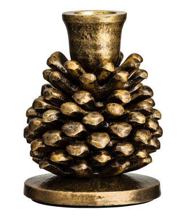 Gull. En liten lysestake i metall utformet som en kongle. Lyskoppens diameter 2,2 cm, høyde 10 cm.