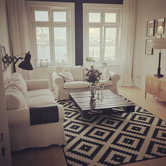 Kurzer Blick ins Wohnzimmer auf der Kaffeetour in die Küche.Nett ️️#hamburg #home #interior #livingroom #black #white #wohnzimmer #ikea #ektorp