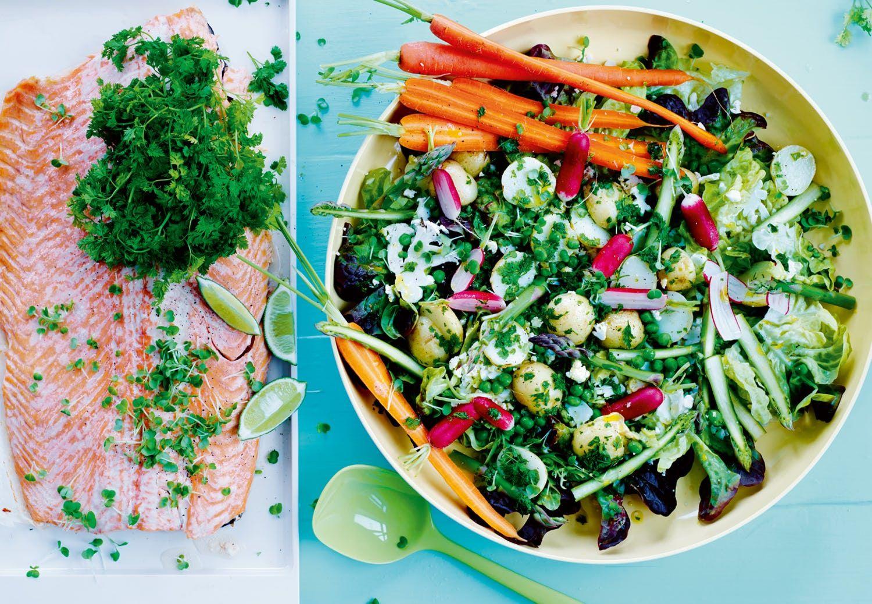 Bagt laks med krydderurter og sommerlig kartoffelsalat med radiser og asparges.