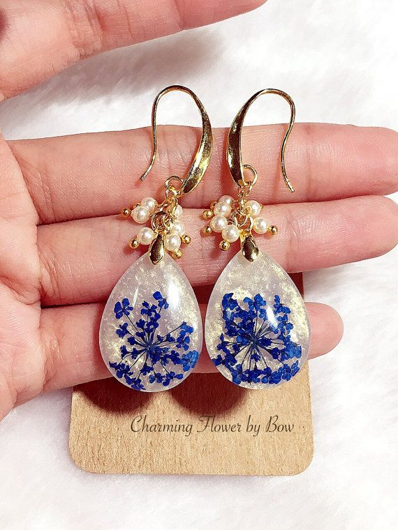 Swarovski pearl,white with glittering gold earrings,Queen Annes Lace,gold tone brass hook earrings,teardrop earrings ✿ These hook earrings are made from the gold tone brass and garnish with Swarovski pearl, real dried flower and resin. I use white color with glitter gold in the