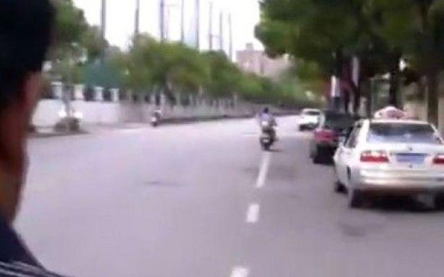 Guarda un porno mentre guida la sua moto in mezzo al traffico: poi la caduta e il 'crac' Guarda un porno mentre è in moto nel traffico, ma il suo momento di insolita intimità rischia di finire in tragedia. Un passeggero di un moto-taxi è rimasto vittima di un incidente che gli ha causat #porno #moto #incidente