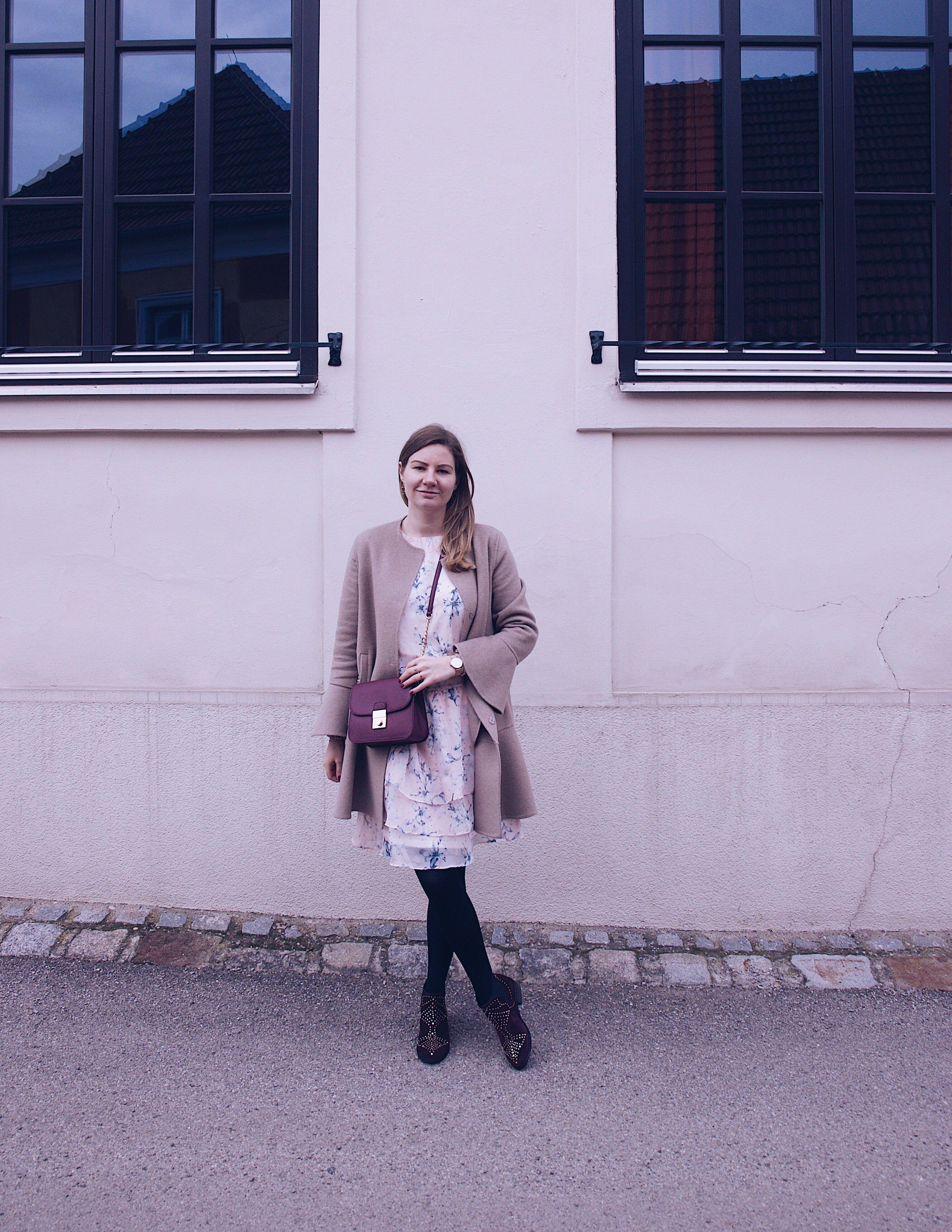 Verzauberkunst Stiefeletten Zum Kleid Foto Von Casual Daily Outfit: Kleid, Camel Mantel,
