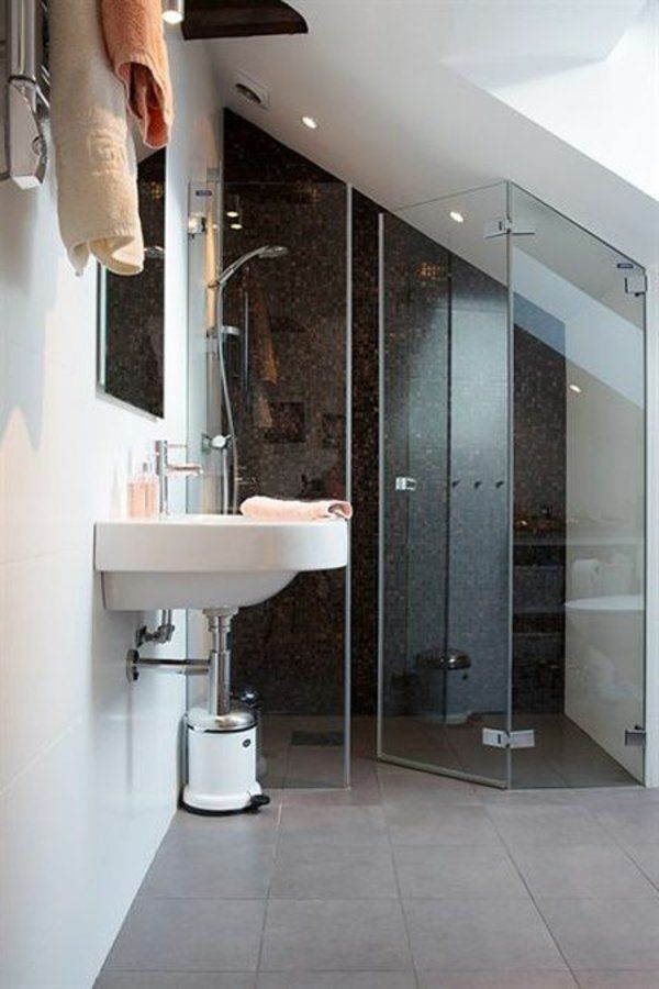 Une salle de bain sous pente ou sous combles en 52 photos porte en verre - Petite salle de bain sous pente ...