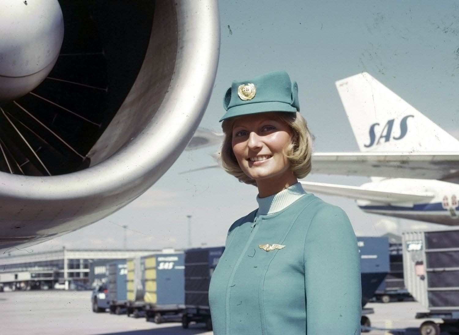 Scandinavian Stewardesses Takes Us Into The Jet Age Stewardess Scandinavian Airlines System Flight Attendant Uniform