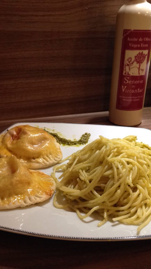Spaghettis au pesto et beignets surprise (pâte à pizza, boursin, tomate et jambon ici), par moi et mon chéri