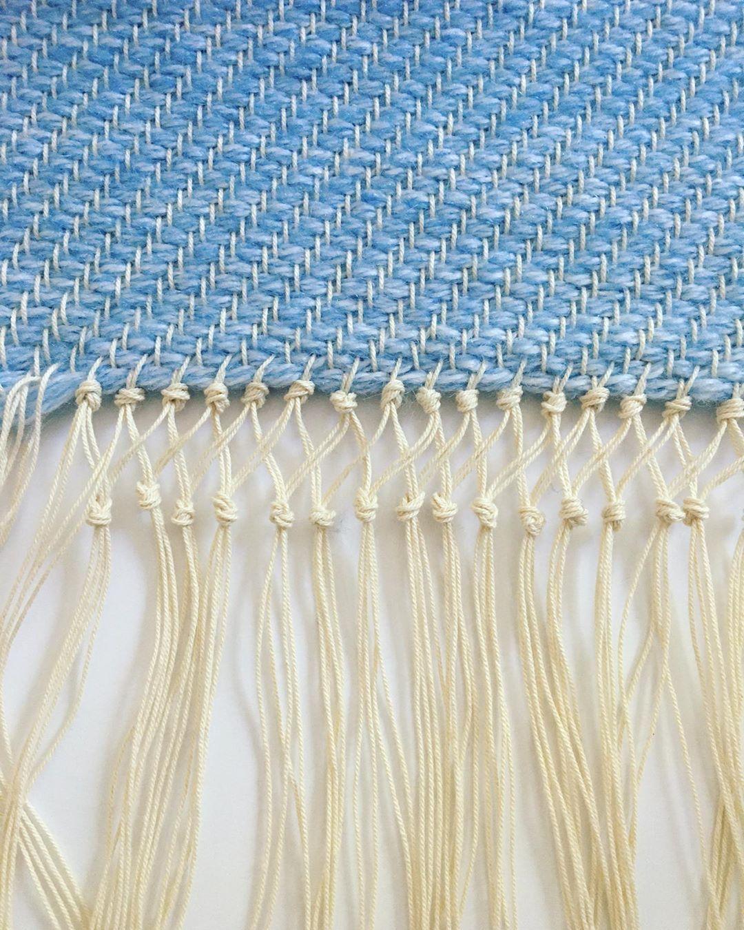 Combining macramé with weaving is so satisfying 🙌 . . .  #weaversofinstagram #weaving #wool #shuttle #craft #design #textiles #weavingloom #weavingworkshop #craftasatherapy #yarnlover #yarnaddiction #handweaversofinstagram #handwoven #väv #loom #diycraft #satisfying #handweaving #konsthandverk #macrame #carpet #babyblue