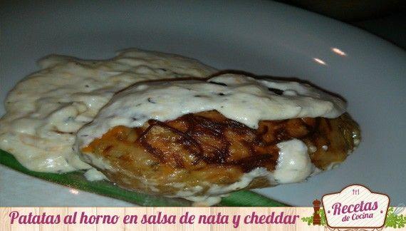 Patatas asadas al horno en salsa de nata y queso