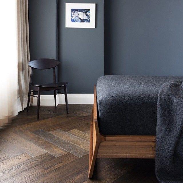 Modernes Schlafzimmer Wand Farben. Dunkle Wände Im Schlafzimmer Schaffen  Gemütlichkeit. EVTL Für Deckenbalken In Dachschräge