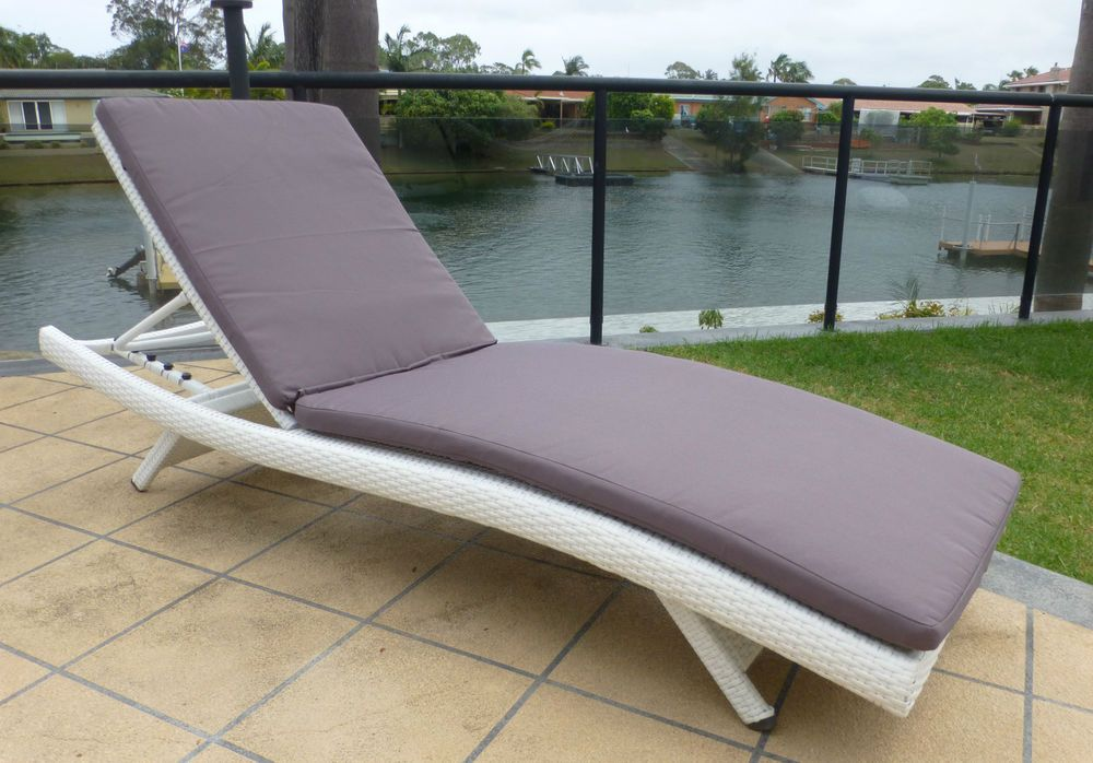 New top quality outdoor wicker contoured sun lounge white