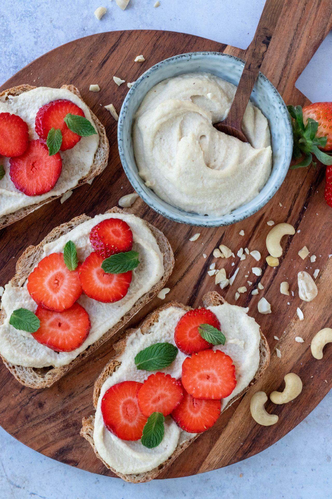 Toast met aardbeien en cashew cream #veganlunch #easter #pasen #veganeaster #cashewcream #brunch #dairyfree #lactosevrij #paasrecepten #healthybreakfast