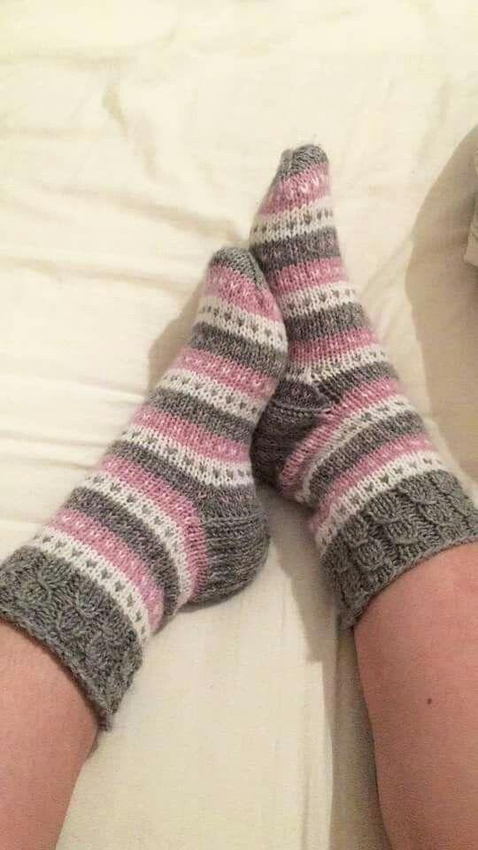 Photo of gestrickte Socken in Elfenbein mit grünen, gelben, cranberry- und rosafarbenen Streifen – Knitting 2019 trend | ml