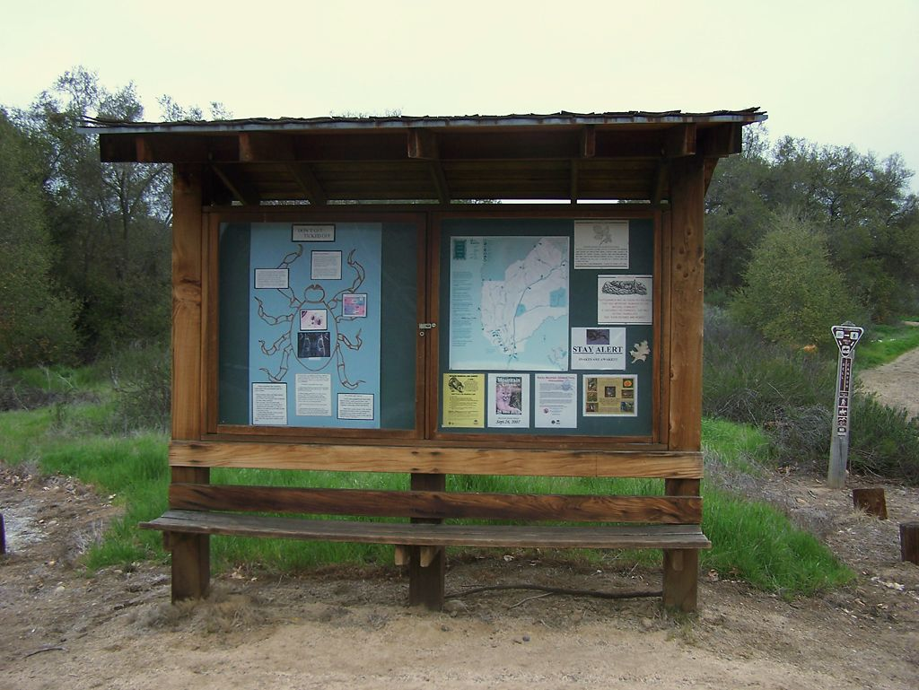 kiosk with bench | Ideas and tips for community gardens | Kiosk
