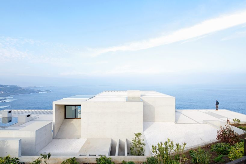MO house by gonzalo mardones presents panoramic coastal views - designboom | architecture