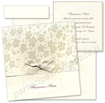 Art. 95532 - Cartoncino avorio liscio con cornice perlata inserito in busta di cartoncino avorio liscio con decorazioni floreali perlate e fiocchetto di raso
