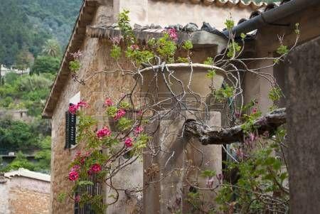 Altes Haus am Bergdorf Deia, Mallorca, Spanien photo
