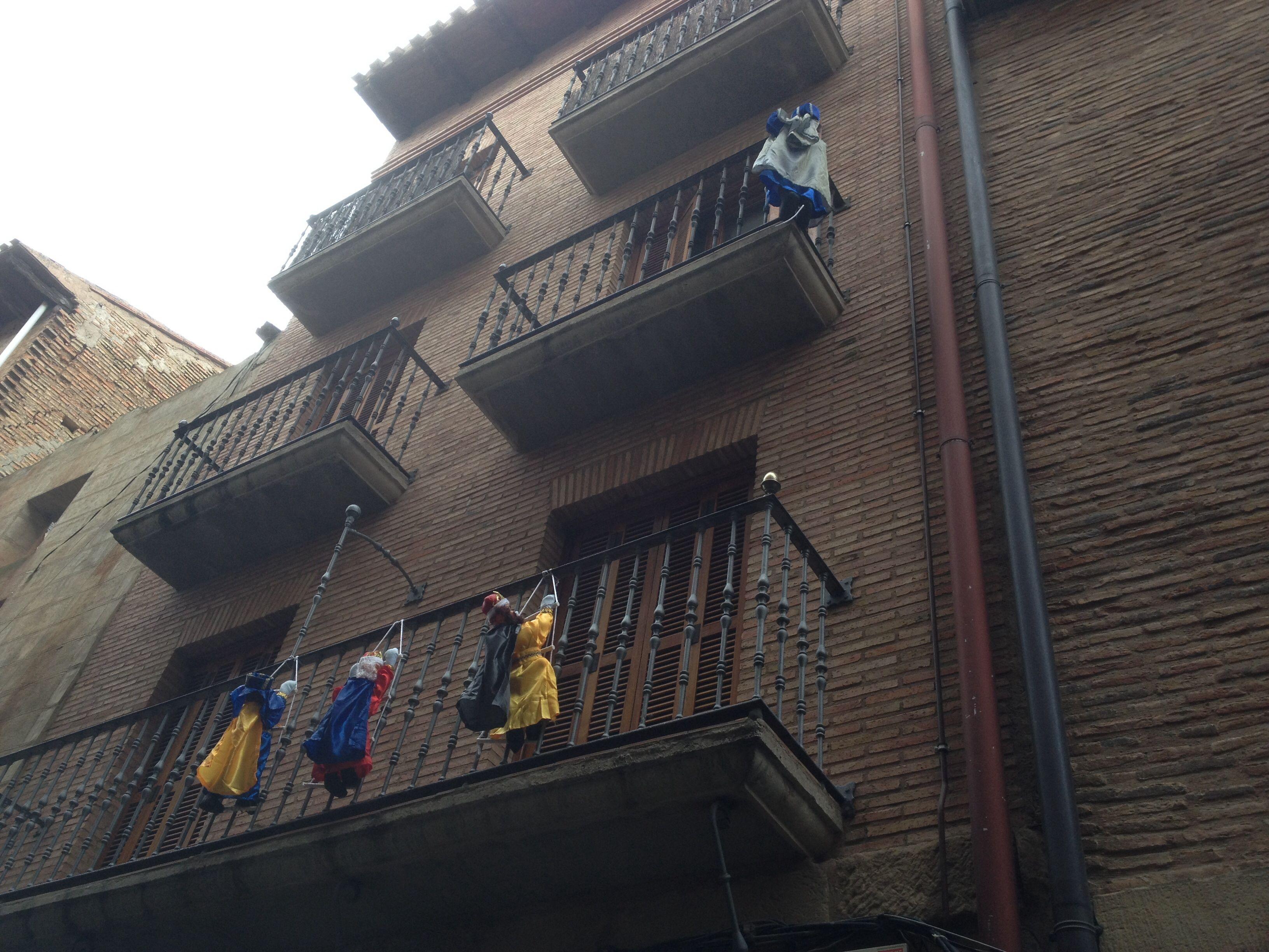 Los Reyes Magos están ya en Víana (Navarra) y aprovechan la hora del aperitivo para dejar regalos.