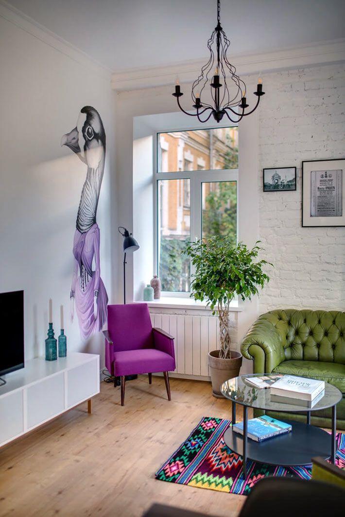 Рисунок утки в фиолетовом платье на стене гостиной комнаты ...