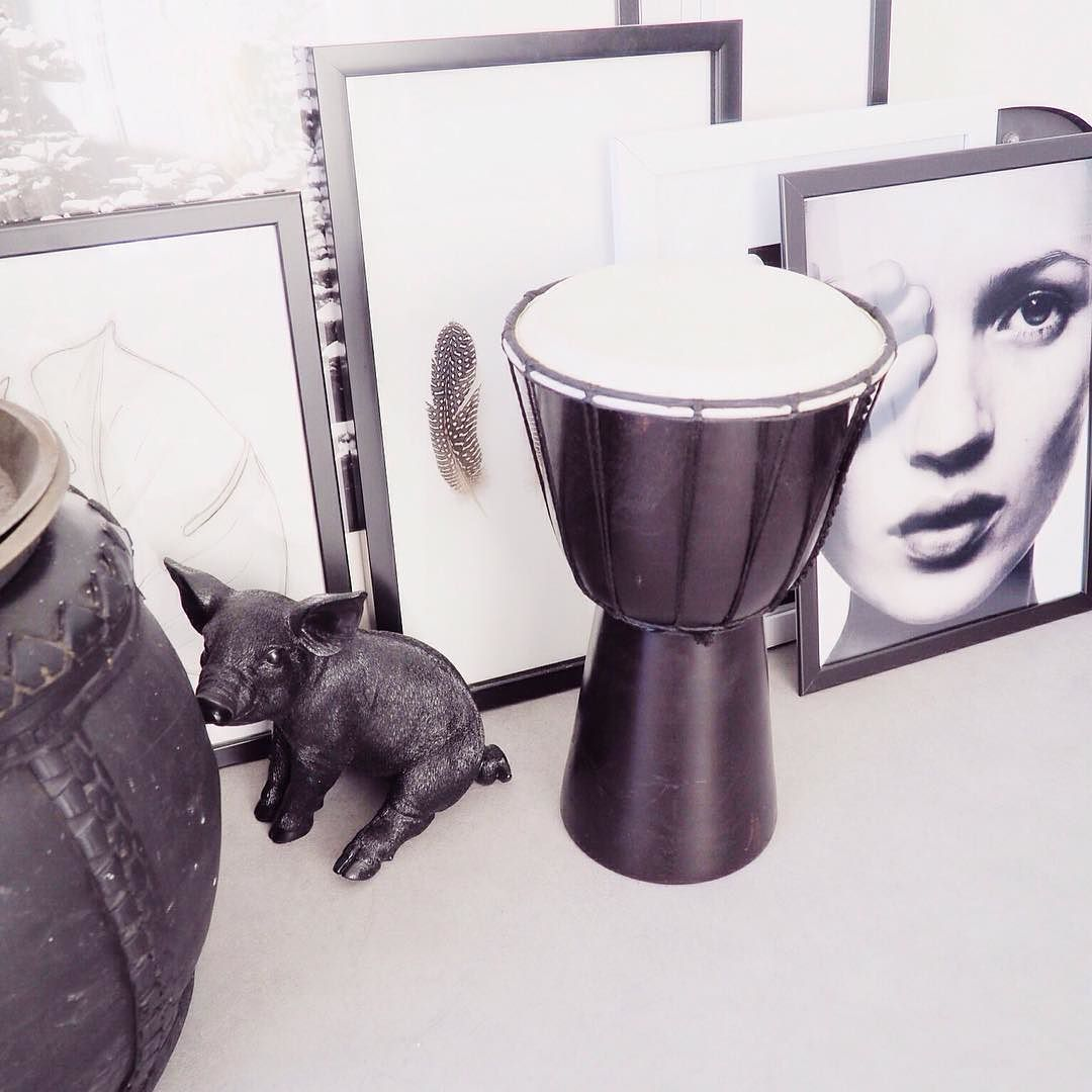 Bo kan lekker trommelen zo in zwart wit.... #black #blackandwhite #blackandwhitecollection #blog #blogger #thuis #ourhome #home #homeinspo #inspo #interior #interieur #inspiratie #inspiration #interiorblog #wow #wonen #trommel #trommelen #kids #kids #katemoss #poef #poster #posters #frames #prints #zwartwit #zwartwitwonen #monochrome #styling by enstijl