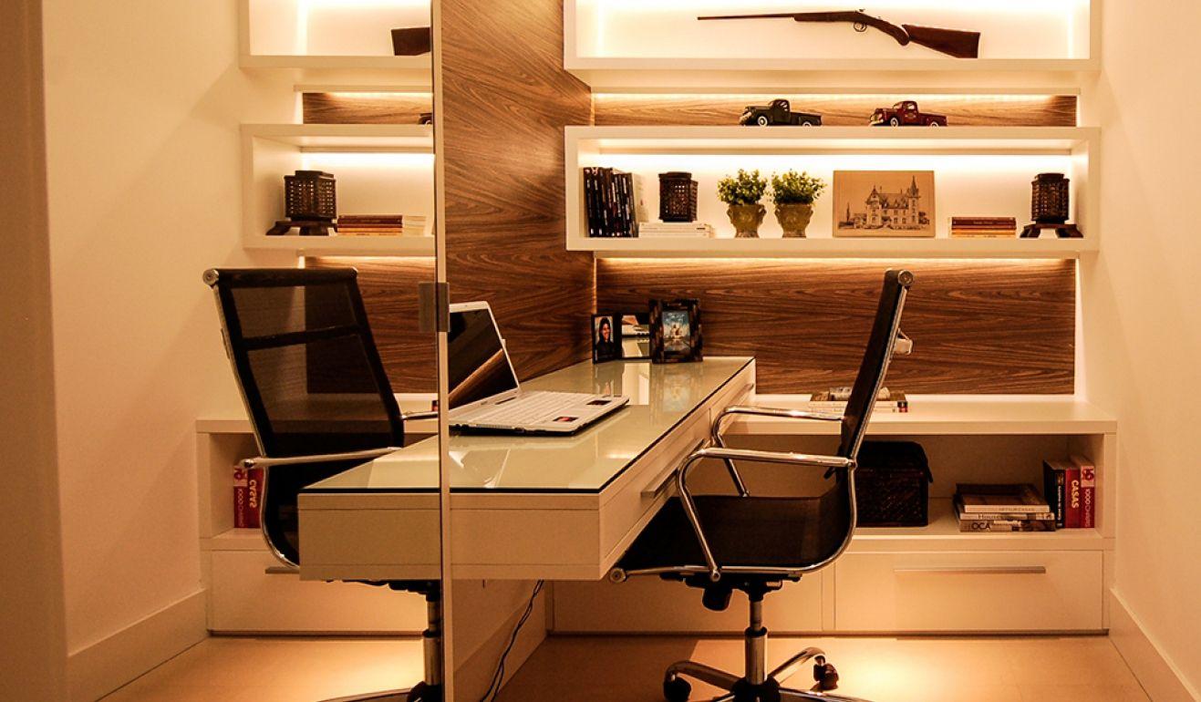 Home office escrit rio compacto em apartamento com nichos for Escritorios compactos