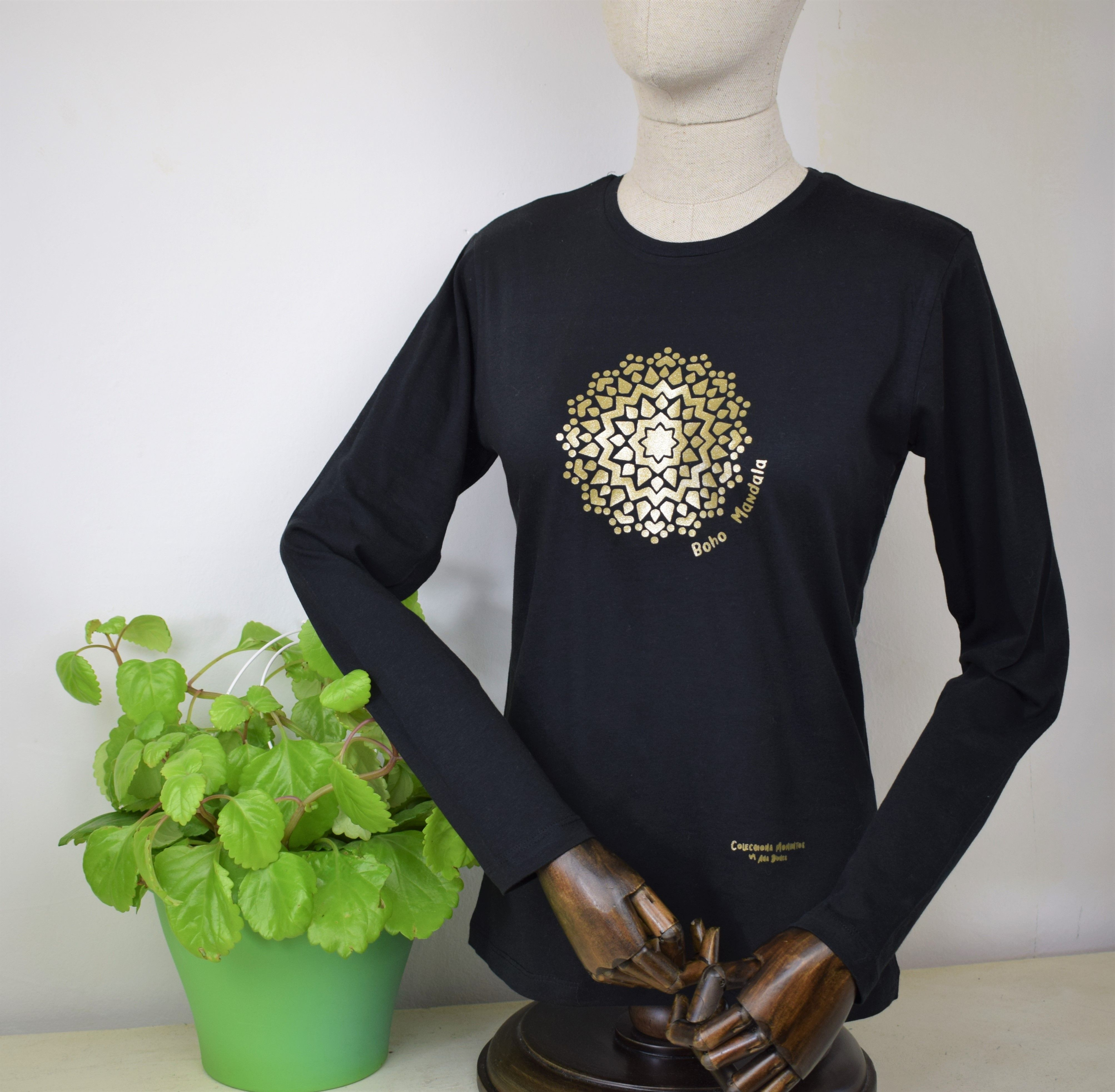 Camiseta manga larga con mandala dorado. Camisetas originales. Colecciona  momentos by Ana Dones 37feb37c64845
