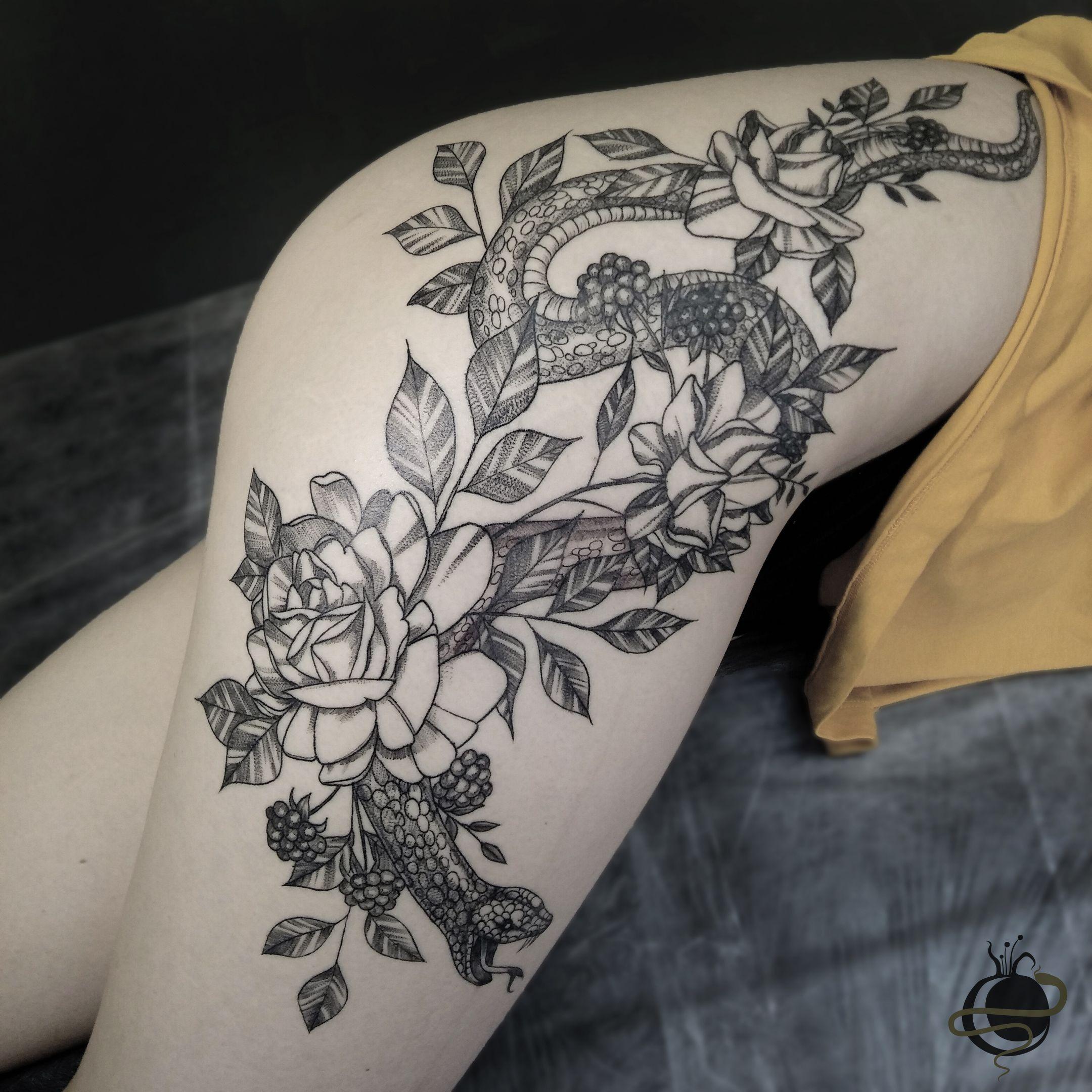 татуировка на бедре змея в цветах Tattoo Prozerpina татуировки