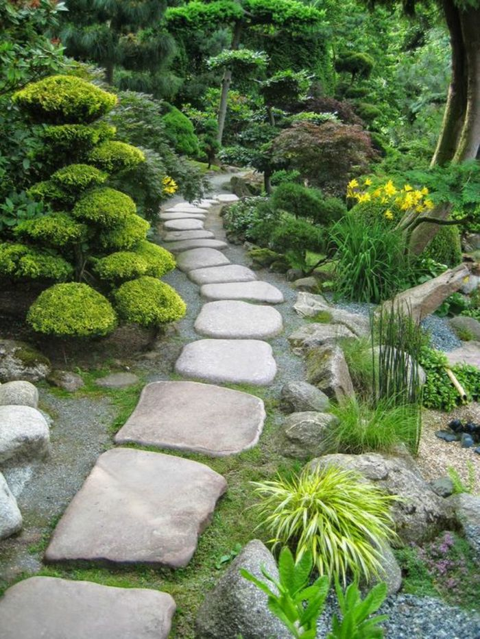 déco de jardin zen, broussailles vertes, chemin en pierre dans le jardin, fleurs jaunes, jardin zen japonais