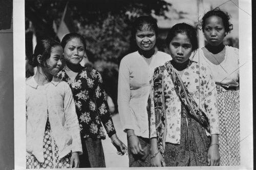 Javaanse meisjes 1940-1945......onbekende fotograaf
