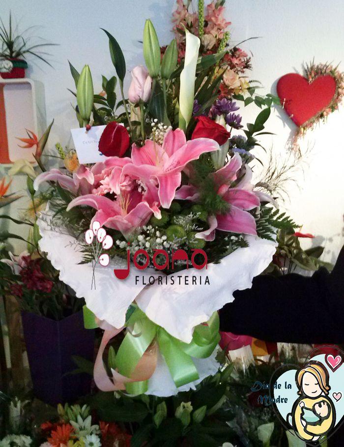 """amo """"Con todo mi cariño, mamá""""  Composición floral con rosas rojas y rosas de color rosa, lilums rosas, margaritas  y paniculata. Para las mamás más románticas y cariñosas. www.joanafloristeria.com"""