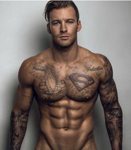 Татуированные бородатые сексуальные парни
