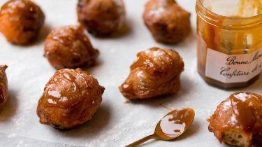 Oliebollen met chocolate chips en salted caramel - Culy #oliebollenrecepten