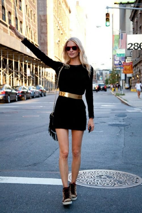 Vestido negro corto con zapatillas