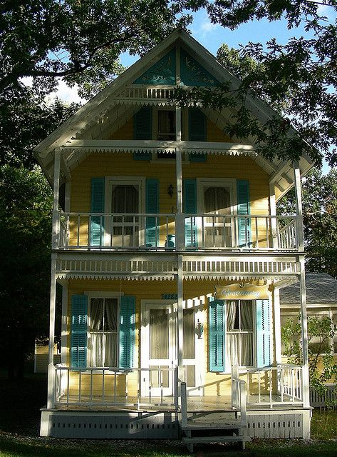Cottage in Thousand Islands, NY - Such a pretty house and looks to be beautifully restored.
