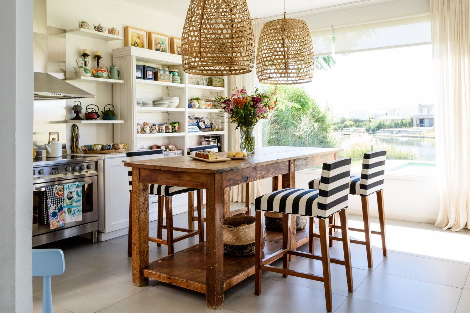 The Eclectic Kitchen That Keeps Us Coming Back For More | Lamparas ...