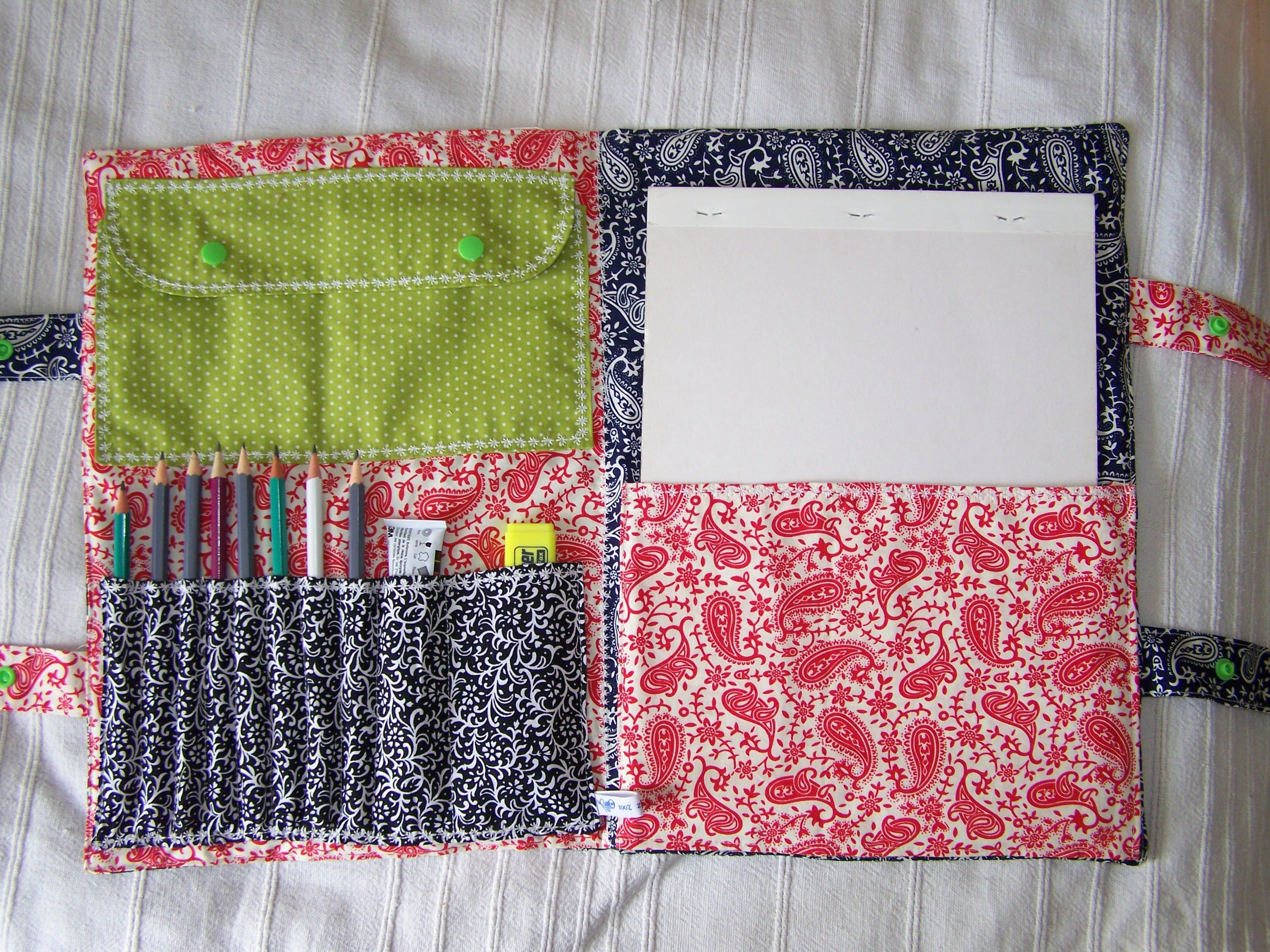 Sac d'artiste - cotons http://www.alittlemercerie.com/boutique/liberty_me-364951.html - tuto gratuit, gabarit http://sweetanything.com/uploads/sac-artiste-tuto-photo.pdf